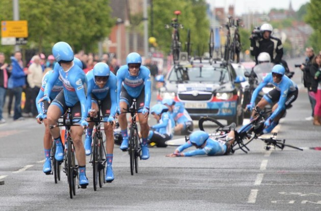Biciklizam - Page 7 Team-garmin-sharp-poc-crash-team-time-trial-giro-d-italia-2014